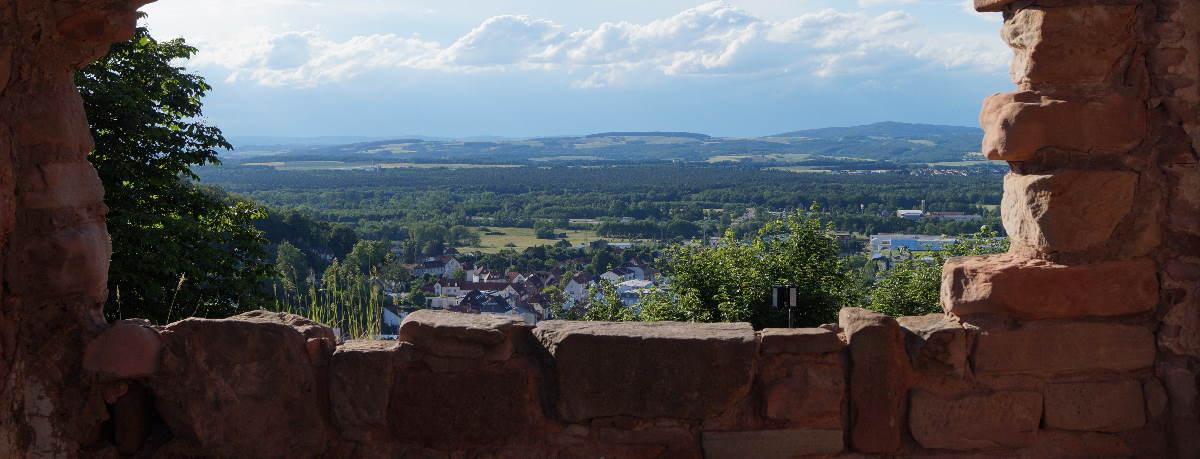 Blick von der mittelalterlichen Burg Nanstein auf Landstuhl in der Westpfalz